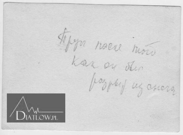 Notatka naniesiona przezIwanowa naodwrocie zdjęcia przedstawiającego ciało Igora Diatłowa